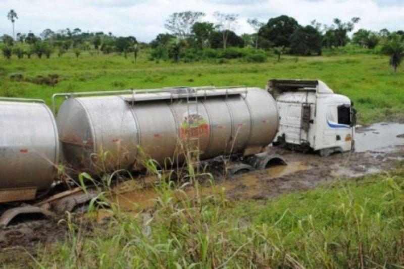 Carreta vai parar em banhado após acertar buracos na BR-429 - Fotos