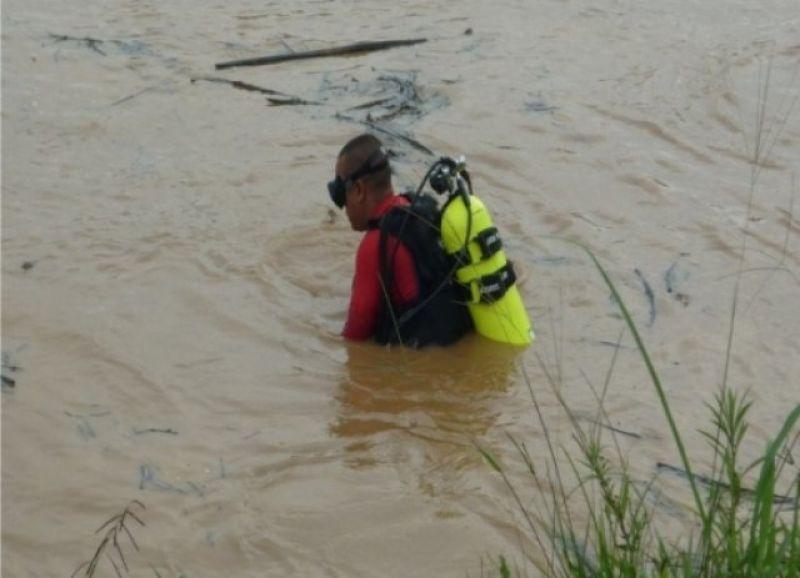 Candeias do Jamari: Toyota sem freio joga Palio com três pessoas dentro do rio Jamari