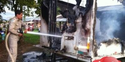 Crianças inconformadas em não poder jogar bola em campo coloca fogo em baú de caminhão