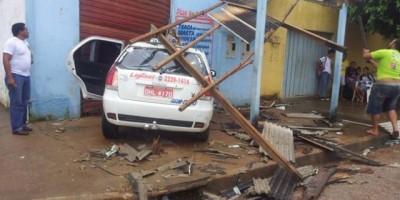 Porto Velho - Após acidente, táxista atropela homem e invade igreja -