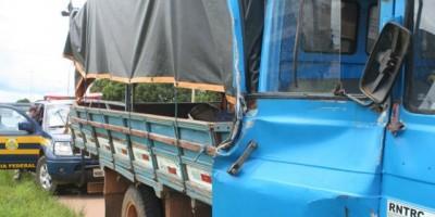 Vilhena - Idoso perde controle de caminhão e bate na lateral de carreta no perímetro urbano de Vilhena