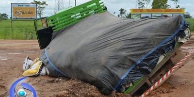BR 364 - Caminhão quase é engolido por buraco às margens da BR-364 entre Ji-Paraná e Pres. Médici