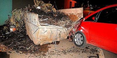 Porto Velho - Motorista bate em caçamba de entulho estacionada