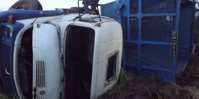 Rolim de Moura – Caminhão sai fora da pista e motorista fica preso nas ferragens.