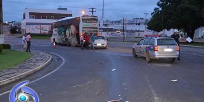 Ji-Paraná – Grave acidente no cruzamento da Rua 22 de Novembro com Avenida Marechal Rondon deixa veículo totalmente destruído