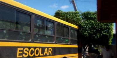 Novo Horizonte -  Ônibus escolar atinge poste