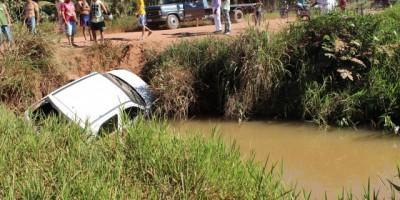 Rolim de Moura – Motorista capota carro e cai dentro de um bueiro próximo ao Bairro Bom Jardim