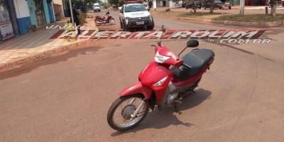 Rolim de Moura – Acidente de trânsito envolvendo carro e moto é registrado na esquina do hospital municipal