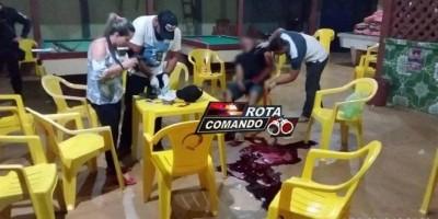 Homem é alvejado por três tiros e morre sentado em cadeira de bar, em Santana do Guaporé - Vídeo