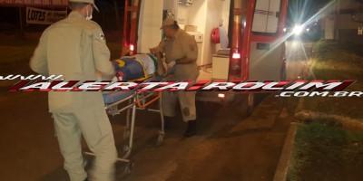 Rolim de Moura – Homem sofre fratura exposta no pé após se envolver em acidente de trânsito entre ônibus e moto no Centro da cidade