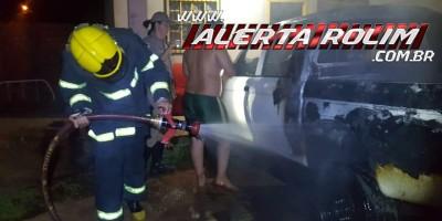 Rolim de Moura – Caminhonete é tomada por incêndio durante madrugada em quintal de residência no Bairro Cidade Alta
