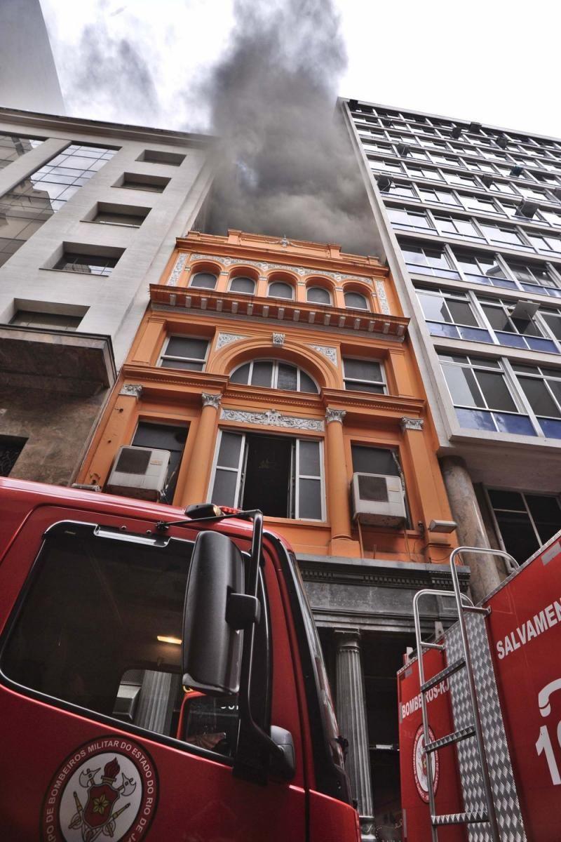 Resultado de imagem para Três bombeiros morrem e 3 ficam feridos no combate a incêndio em boate