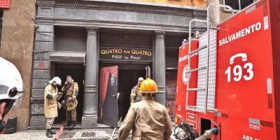 Boate 4×4 pega fogo e três bombeiros militares morrem durante o combate as chamas, no Rio de Janeiro