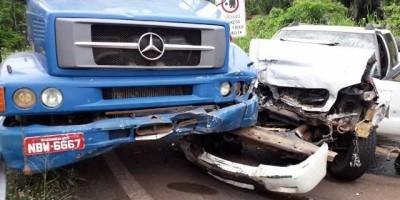 """Médico veterinário  fica ferido após colisão entre picape e caminhão na """"Curva da Banana"""", em Colorado do Oeste"""