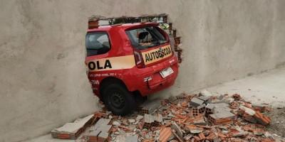 Motorista perde controle do carro em teste de baliza e derruba muro recém-construído, em Curitiba