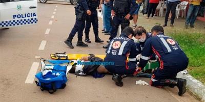 Vídeo: Motociclista avança preferencial e é atingido por viatura da PM, em Porto Velho