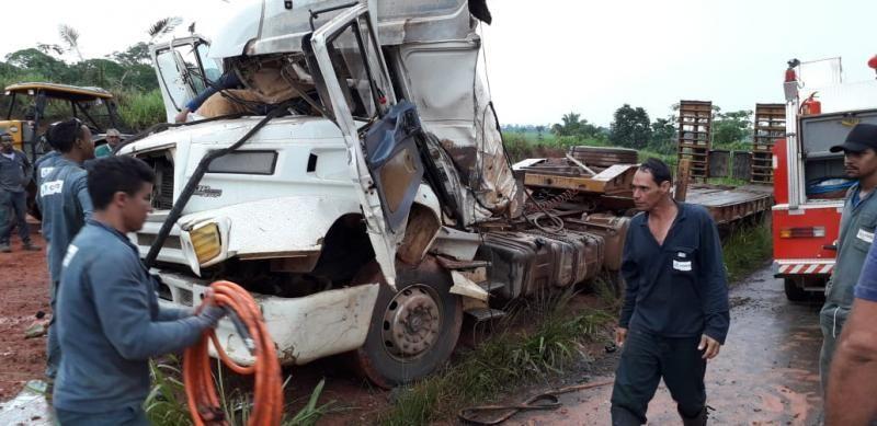 Jaru: Acidente na BR 364 deixa motorista de caminhão preso as ferragens