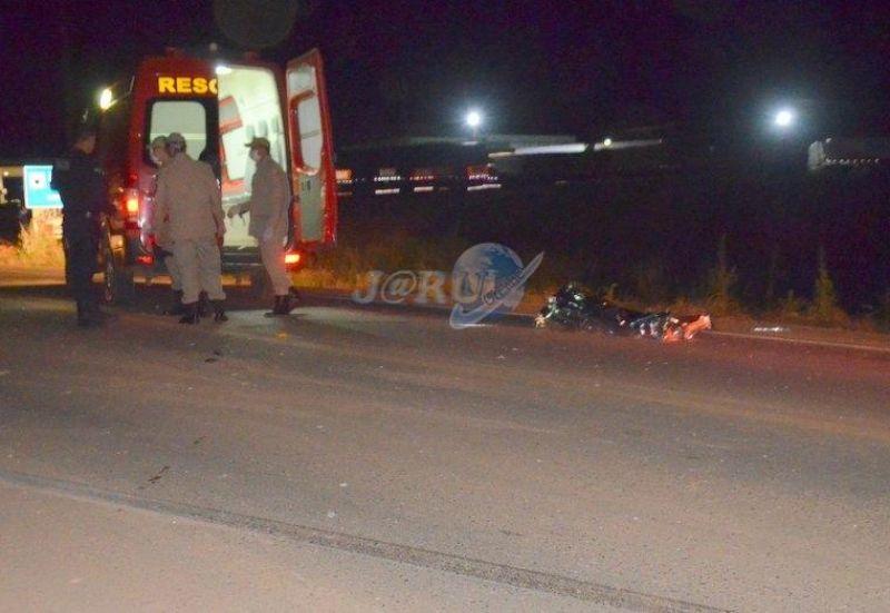Jaru: Motociclista morre na BR 364 ao colidir com Micro-ônibus lotado de fiéis