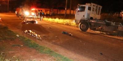 Jovem morre após bater moto na traseira de caminhão toreiro estacionado, em Espigão do Oeste