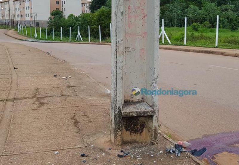Jovem motociclista morre após colidir contra poste de iluminação na Capital