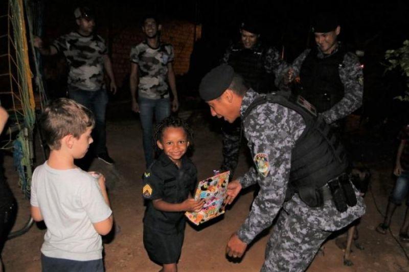 Policias Militares do 2º BPM participam de festa de aniversário de menina fã da PM, em Jí-Paraná