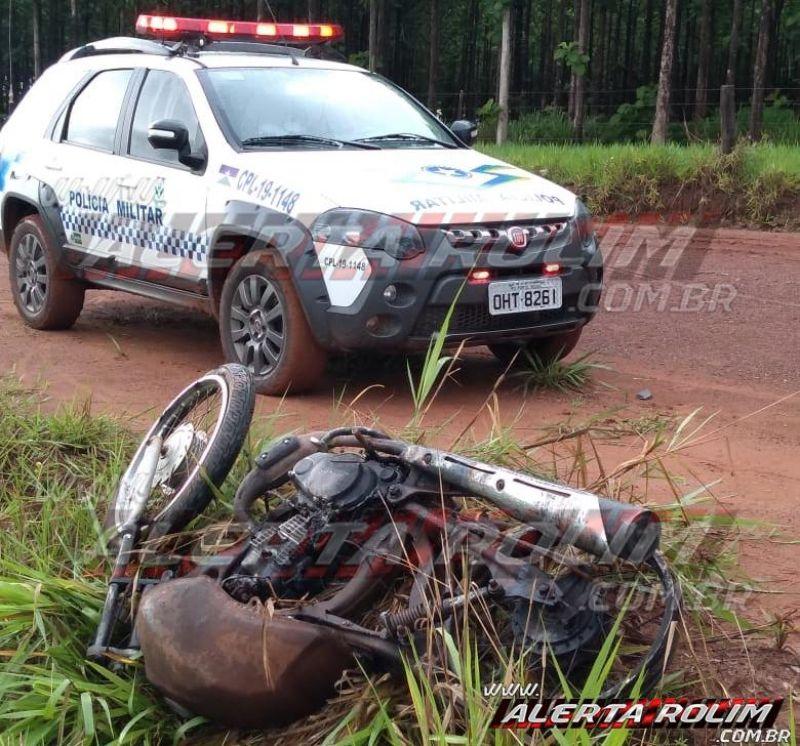 Rolim de Moura – Após denúncia, PM localiza motocicleta furtada totalmente queimada
