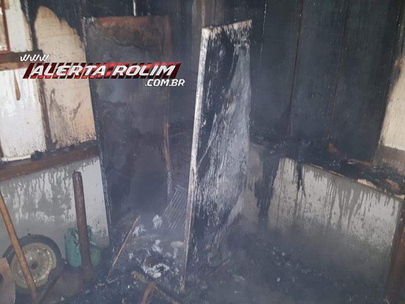 Rolim de Moura – Bombeiros atuam em incêndio em residência no Bairro Centenário ; Assista ao vídeo