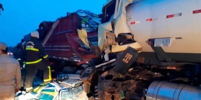 Vídeo - Motorista morre preso as ferragens após acidente entre caminhões na BR-319