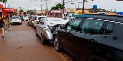 Vídeo: Mulher passa mal e causa engavetamento de seis veículos, em Porto Velho