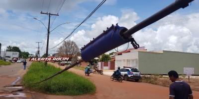 Rolim de Moura – Caminhão, carregado com retroescavadeira, arrebenta fios e deixa alguns moradores sem internet, telefonia e energia elétrica  - Vídeo
