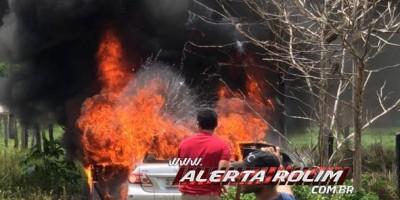 Carro pega fogo enquanto trafegava pela RO-383, em Cacoal - Assista ao vídeo