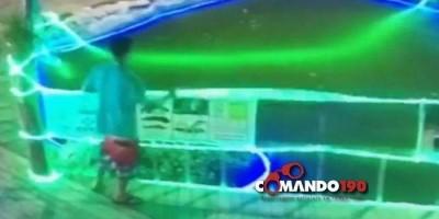 Homem é flagrado por câmeras de segurança destruindo decoração natalina - VÍDEO