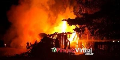 Homem morre carbonizado em incêndio na própria residência, em Pimenta Bueno