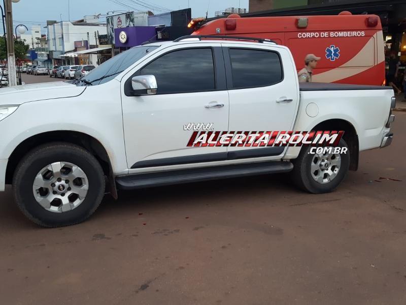 Rolim de Moura – Moto e carro colidem no Centro da cidade e uma pessoa é socorrida pelos bombeiros