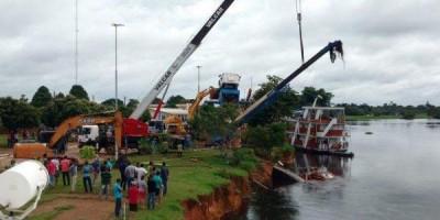 Começa operação para retirar barco e destombar guindaste em Pimenteiras; fotos e vídeos