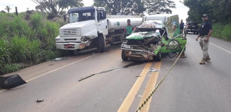 Fiorino bate de frente com caminhão-tanque na BR-364, em Jaru