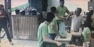Vídeo - Homem anuncia assalto, mas é ignorado por vítimas e desiste do crime, em Minhas Gerais