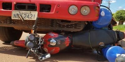 Rolim de Moura – Entregador de água mineral fica ferido ao ser atingido por caminhão no Bairro São Cristóvão – Vídeo