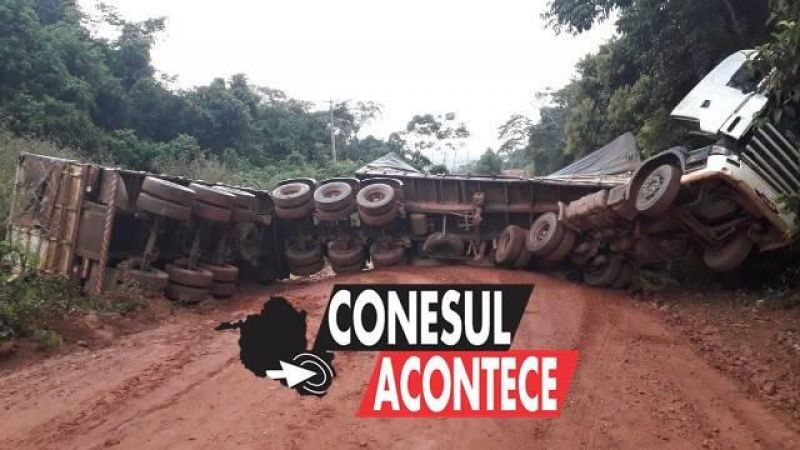 Carreta que transportava grãos tomba em estrada rural de distrito de Chupinguaia