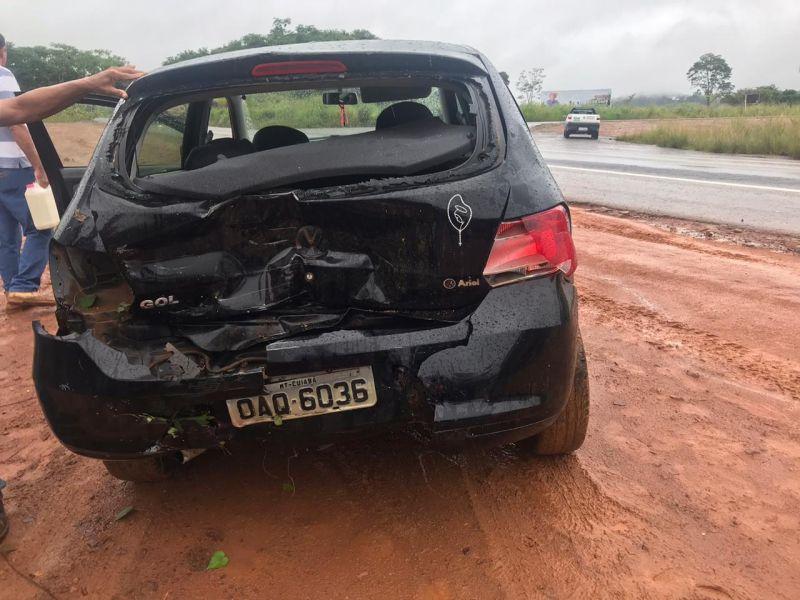 Carro entra na BR-364 e é atingido por carreta, em Jaru