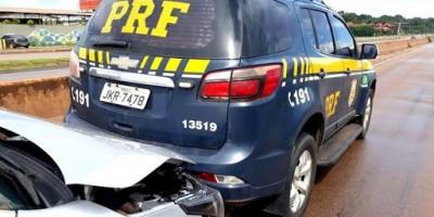 Corolla atinge traseira de viatura da PRF na BR-364, em Porto Velho