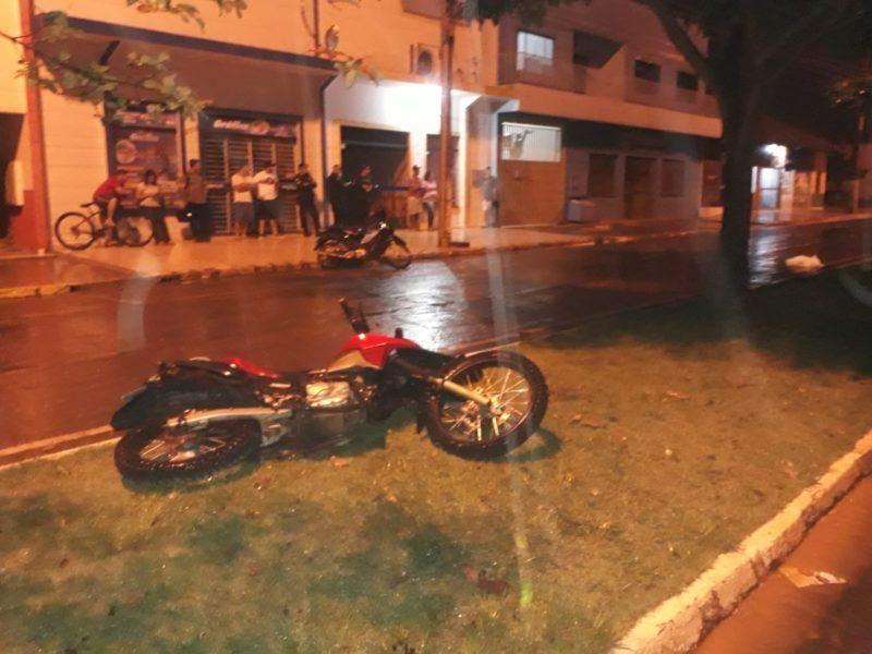 Motociclista morre após passar por obra não sinalizada, cair e bater em árvore , em Vilhena