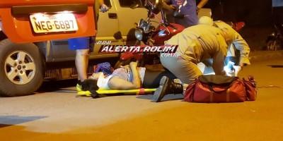 Rolim de Moura – Mulher fratura perna após desviar de cachorro na via e bater moto na traseira de caminhonete estacionada - Vídeo