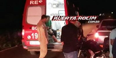 Rolim de Moura – Motorista estaciona para trocar pneu de caminhonete e motociclista colide na traseira do veículo