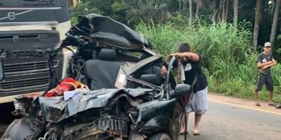 Acidente grave na BR-364 deixa carro prensado entre carretas, em Jaru