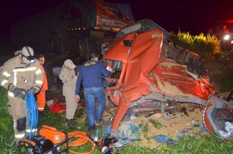 Caminhoneiro de Pimenta Bueno morre em grave colisao na BR-364, em Jaru