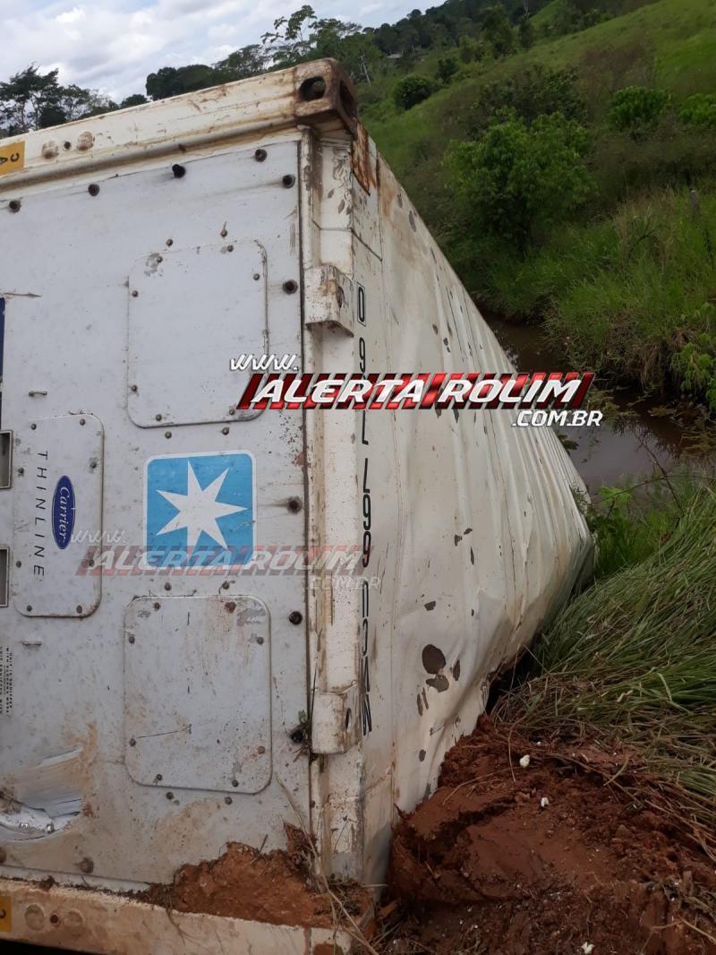 Carreta frigorífica tomba em curva da RO-010, em Migrantinópolis