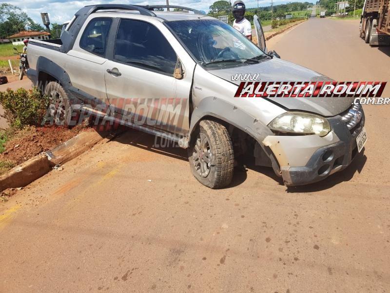 Rolim de Moura – Carro roda na pista após motorista bater na traseira de caminhão boiadeiro na RO-010 – Vídeo