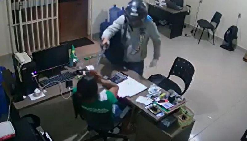 Vídeo: Bandido armado  ameaça funcionária e pratica roubo em distribuidora de gás, em Alta Floresta