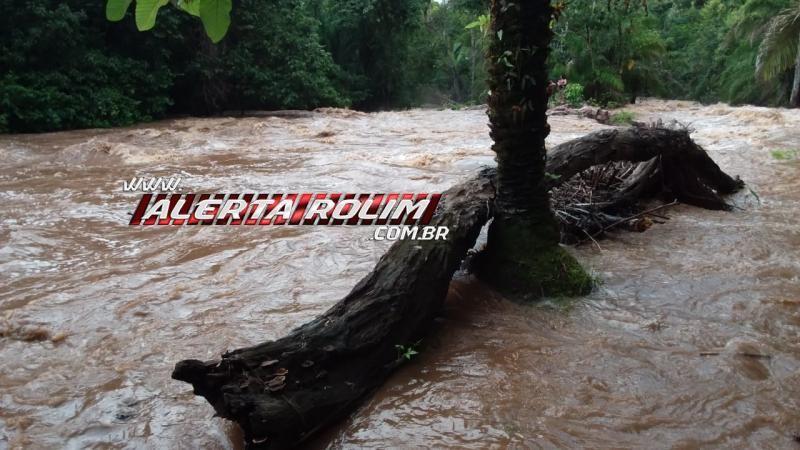 Bombeiros e Policiais Militares resgatam banhistas após cabeça d'água atingir rio, em Santa Luzia